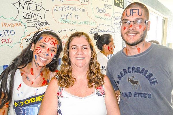 Alunos aprovados nas principais Universidades do país, fizeram a festa juntamente com a Coordenadora do Curso OBJETIVO Araraquara, Roseli.